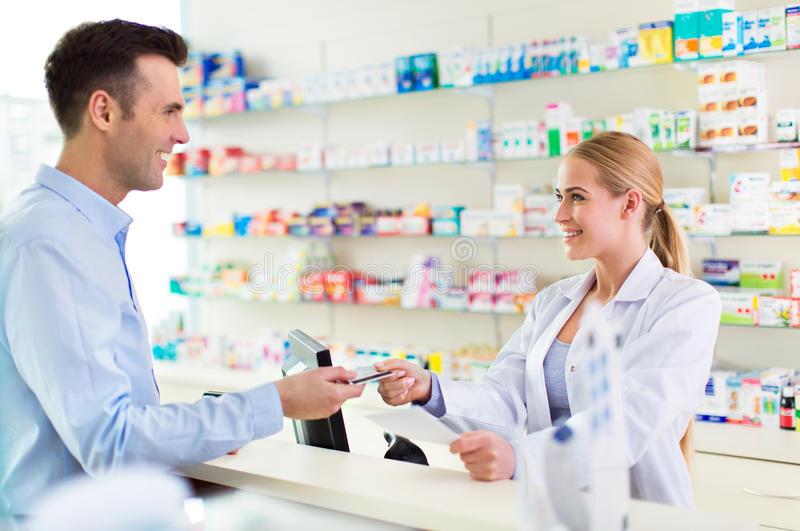farmacista-e-cliente-alla-farmacia-71138833[1]